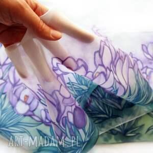 MinkuLUL Ręcznie malowany szal Krokusy z naturalnego jedwabiu w odcieniach fioletu prezent dla mamy