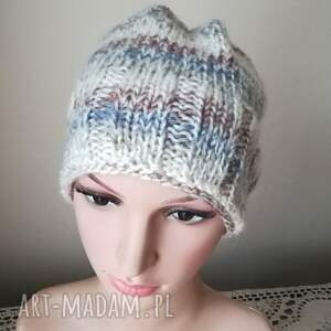 rękodzieło czapki białe beże, szarości i kropla
