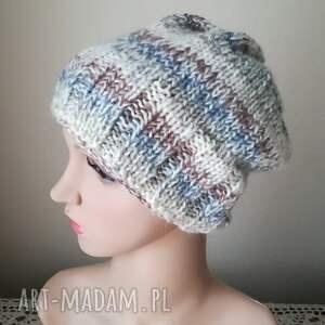 ręcznie zrobione czapki rękodzieło beże, szarości i kropla błekitu