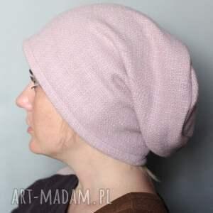 czapki brylantyna na włosach drżała