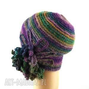 ozdoba czapki czapka we fioletach i zieleniach z