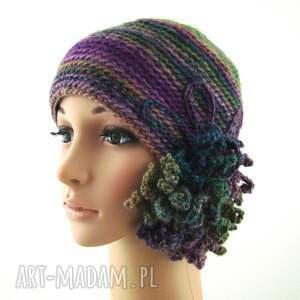 ręczne wykonanie czapki ozdoba czapka we fioletach i zieleniach z