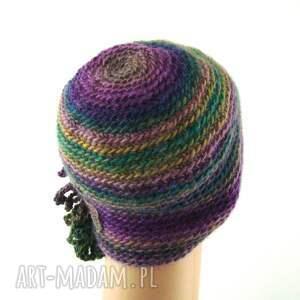 czapki ozdoba czapka we fioletach i zieleniach z