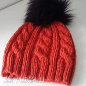 ciekawe czapka zimowa z dużym pomponem