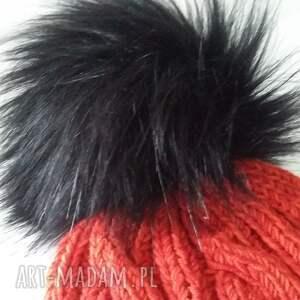 pompon czapka zimowa z dużym pomponem