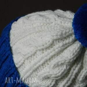 białe czapki wywijana narciara czapka w warkocze:)