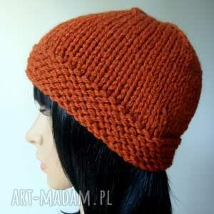 czerwone czapki retro ruda w stylu