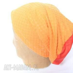 żółte czapki czapka związane miał ręce przy jej