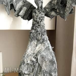 szare dekoracje talizman na prezent anioł dostatku