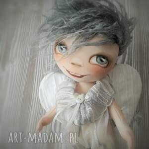białe dekoracje prezent aniołek dekoracja ścienna - figurka