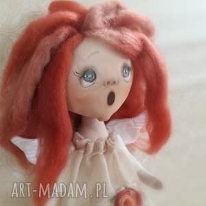 niekonwencjonalne dekoracje rudy aniołek dekoracja ścienna - figurka