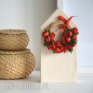 dekoracje wianek domek drewniany w naturalnym kolorze z wiankiem