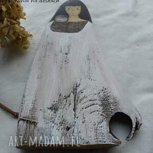białe dekoracje stare drewno dziewczyna z sową malowana