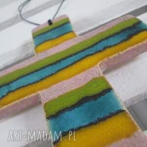 awangardowe dekoracje na komunię kolorowy krzyżyk ceramiczny