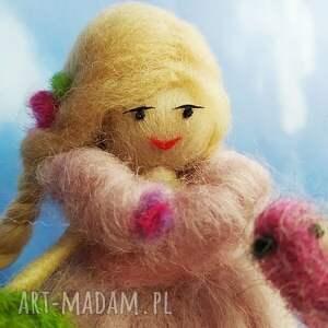 fioletowe dekoracje lalka laleczka malwina. Wiosenna