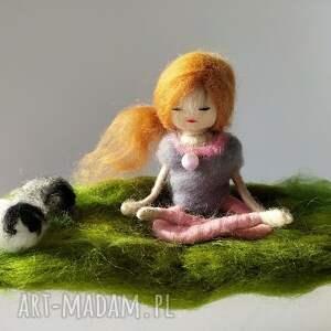 różowe dekoracje yoga medytacja. Na łonie natury