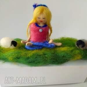 niebieskie dekoracje yoga medytacja. Na łonie naury