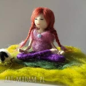 fioletowe dekoracje yoga medytacja. Yoga. Yoginka oliwia