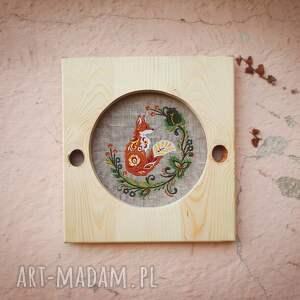 dekoracje: obrazek haftowany w ramie z drewna