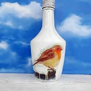 pod choinkę ptaki ptak. Rudzik. Dekoracyjna butelka