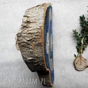 sowa w-locie dekoracje niebieskie malowana na klinie drewna