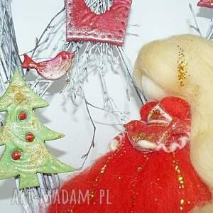 prezent na święta czerwone świąteczny wianek. Gwiazdkowa