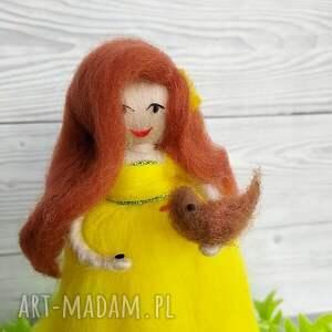 żółte dekoracje lalka wiosenna dekoracja. Kwiatowa wróżka