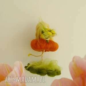 filc dekoracje pomarańczowe wiosenna wróżka zbierająca kwiaty