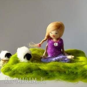 fioletowe dekoracje yoga yoga-medytacja. Yoginka felicja