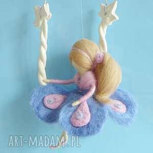 fioletowe dekoracje karuzela zabawa na huśtawce-mobil