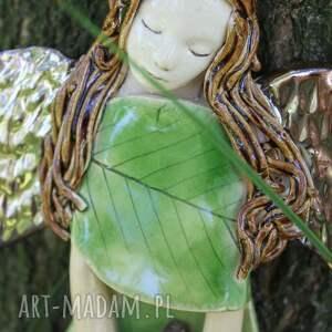 wyraziste dla dziecka anioł ceramiczny buczynowy z ptaszkiem