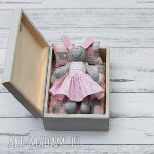 szare dla dziecka chrzest króliczek w skrzyneczce prezent