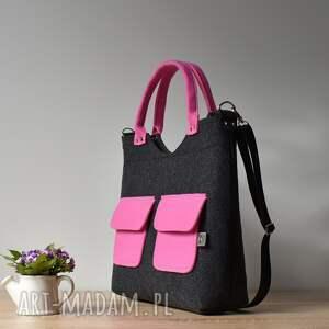 Aneta Pruchnik Duża grafitowa antracytowa filcowa torebka z różowymi kieszonkami różowa