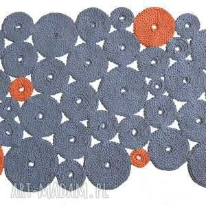 niebanalne dywany pleciony dywan dziergany krążki