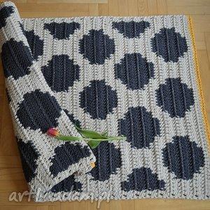 atrakcyjne dywan w kropki