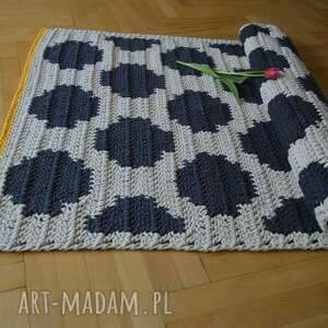 białe dywan w kropki