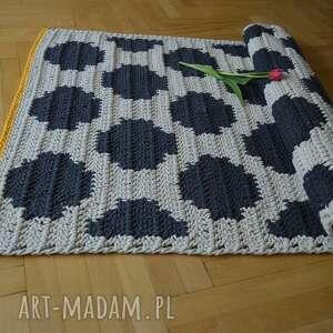 białe dywany chodnik dywan w kropki