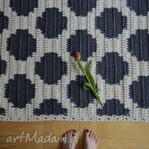 kropki dywan w