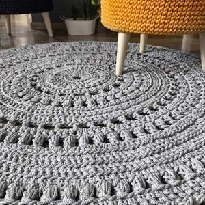 dywan ręcznie dziergany z grubego sznurka