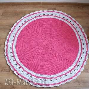 różowe dywanik dziergany na szydełku okrągły