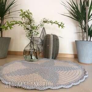 Okrągły dywan Gwiazda z falbanką o średnicy 85cm dziecka