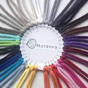 ze sznurka piękny okrągły dywan, wykonany szydełkiem
