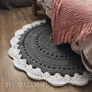 białe dywnik pół okrągły dywanik dziergany