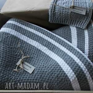 biały ręcznie robiony dywan