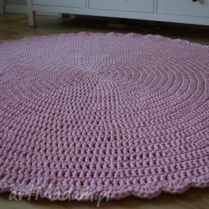 miedzy motkami crrochet ręcznie robiony szydełkowy dywan