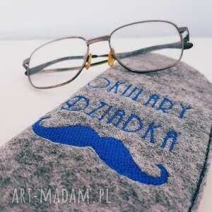 szare etui filcowe na okulary dziadka
