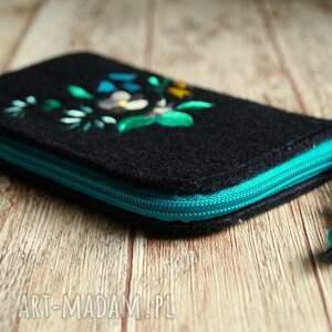 turkusowe etui pokrowiec filcowe na telefon - kwiaty
