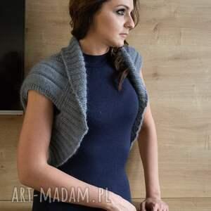 kamizelki: Otulacz na ramiona, z warkoczami - szary sweter