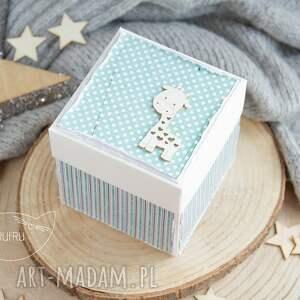 białe urodziny dziewczynki eksplodujące pudełko urodzinowe