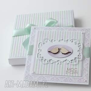 różowe kartki kartka w pudełku